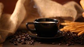 Kaffee und Brot mit Kaffeebohnen stock video footage