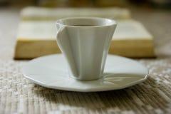 Kaffee und Buch Stockfotografie