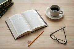Kaffee und Buch Stockbild