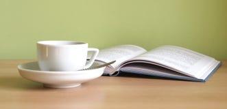 Kaffee und Buch Lizenzfreie Stockbilder