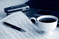 Kaffee und Buchhaltung. Stockfotografie