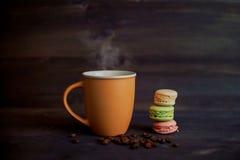 Kaffee und bunte Makronen Lizenzfreies Stockfoto