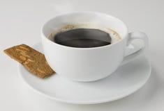 Kaffee und ein Biskuit Lizenzfreies Stockfoto