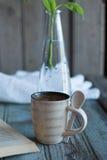 Kaffee und ein Buch und ein Houseplant Lizenzfreie Stockbilder