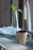 Kaffee und ein Buch und ein Houseplant Stockfotos
