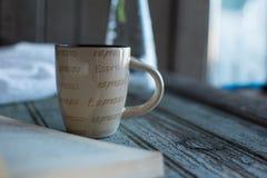 Kaffee und ein Buch und ein Houseplant Stockbild