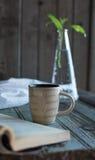 Kaffee und ein Buch und ein Houseplant Lizenzfreie Stockfotos