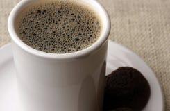 Kaffee und ein Haar lizenzfreie stockbilder