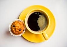 Kaffee und ein Muffin lizenzfreies stockfoto
