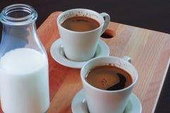 Kaffee und eine Flasche Milch Stockfotos