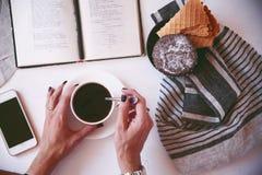 Kaffee- und Favoritbuch Lizenzfreie Stockfotos