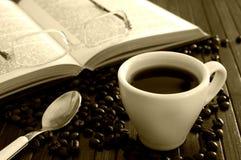 Kaffee und geöffnetes Buch Stockbild