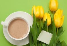 Kaffee und gelbe Tulpen mit Karte Lizenzfreies Stockfoto