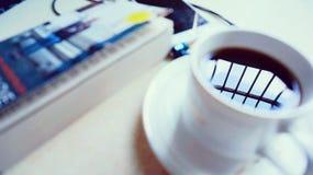 Kaffee und gelesen Lizenzfreie Stockbilder