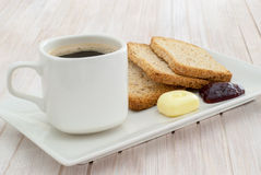 Kaffee und geröstet mit Butter und Marmelade lizenzfreies stockbild