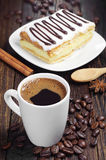 Kaffee und geschmackvoller Kuchen mit Schokolade Lizenzfreies Stockbild