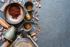 Kaffee und Gewürze auf einem dunklen Hintergrund Lizenzfreie Stockbilder