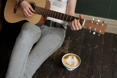 Kaffee und Gitarre Lizenzfreie Stockbilder
