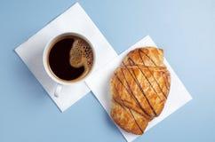 Kaffee und Hörnchen lizenzfreies stockbild