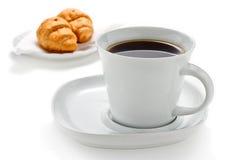 Kaffee und Hörnchen Stockfotos