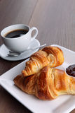Kaffee und Hörnchen stockbild