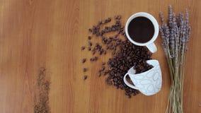 Kaffee und Hörnchen auf dem Tisch stock footage