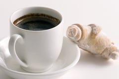 Kaffee und Hörnchen auf weißer Platte Lizenzfreies Stockbild