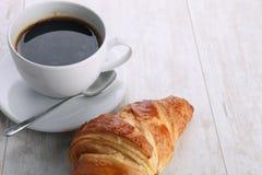 Kaffee und Hörnchen mit Kaffee stockbilder