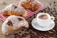 Kaffee und Hörnchen mit Schokoladensahne lizenzfreies stockbild