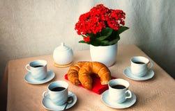 Kaffee und Hörnchen zum Frühstück Stockfotografie