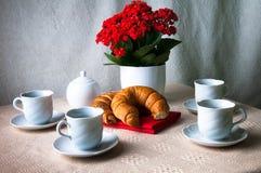 Kaffee und Hörnchen zum Frühstück Stockbilder