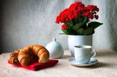 Kaffee und Hörnchen zum Frühstück Stockbild