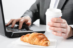 Kaffee- und Hörnchenfrühstück Lizenzfreies Stockbild