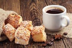 Kaffee- und Hauchplätzchen mit Nüssen Stockfotos