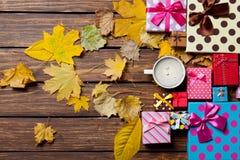 Kaffee- und Jahreszeitgeschenke mit Blättern Lizenzfreies Stockbild