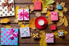 Kaffee- und Jahreszeitgeschenke mit Blättern Lizenzfreie Stockfotografie