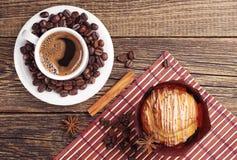 Kaffee und köstliches Muffin lizenzfreie stockfotografie