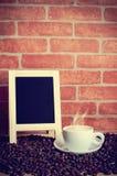 Kaffee und Kaffeebohnen mit Kreidebrett Stockfoto