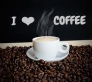 Kaffee und Kaffeebohnen mit Text und Kreidebrett Lizenzfreie Stockbilder