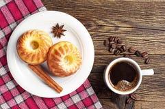 Kaffee und kleine Kuchen Lizenzfreie Stockfotos