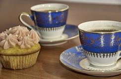 Kaffee und kleiner Kuchen Stockbild