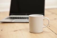 Kaffee und Laptop Stockfotografie