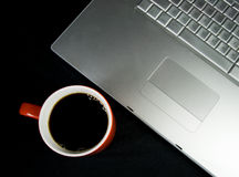 Kaffee und Laptop stockfotos