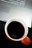 Kaffee und Laptop lizenzfreie stockfotos