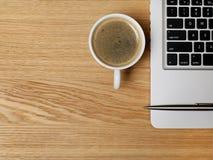 Kaffee und Laptop auf Schreibtisch Stockfotos
