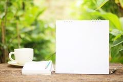 Kaffee und leerer Kalender Stockbilder