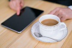 Kaffee und Lesung Lizenzfreies Stockfoto