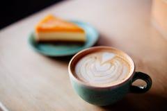 Kaffee- und Mangokäsekuchen lizenzfreie stockfotos