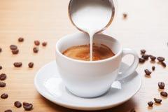 Kaffee und Milch Stockfoto