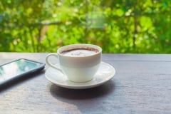 Kaffee und Mobile lizenzfreies stockbild